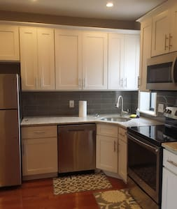 Modern 1BR with free parking garage - Huoneisto