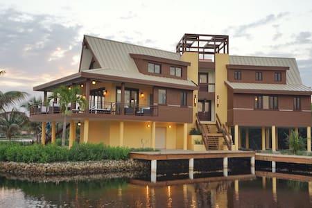 Casa del Capitan, family-style villa, private dock - Haus