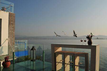 大理雅典娜洱海边零距离海景房悠闲度假观海上日出之圣地1(侧面海景大床房 - Dali - Bed & Breakfast