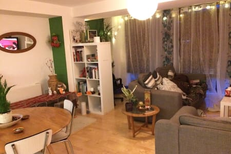 Lovely bright double room with private shower - Leeds