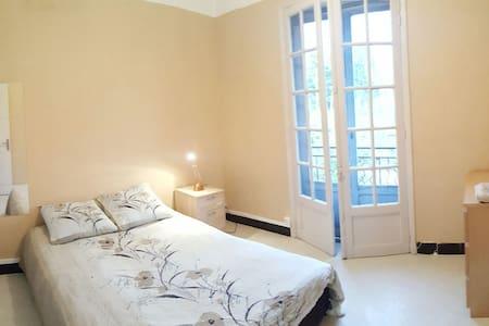 Chambre avec balcon proche d'Avignon - House