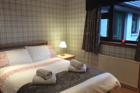 Spacious Double bedroom & ensuite - By Ellon - Bed & Breakfast
