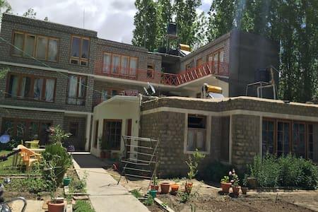 Seven seas guest house upper tukcha road Leh - Leh - Casa de huéspedes
