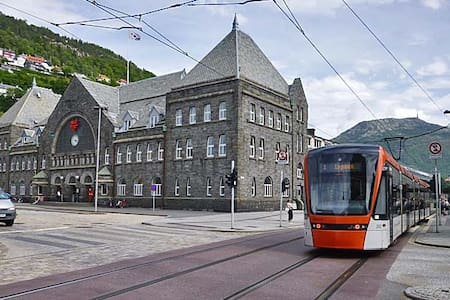 Central apt, just by train and bybanen,pro handled - Bergen - Apartamento