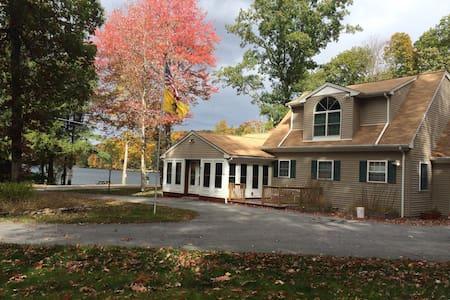 Stunning Ashford Lake Home w/Beach - Ashford - Huis