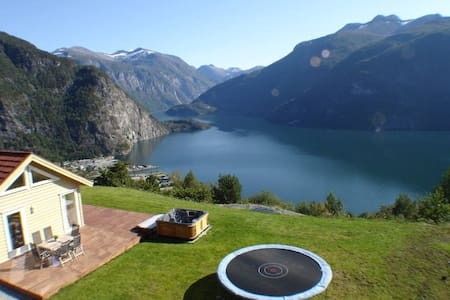 Cabin with an amazing view and a outdoor hottub ! - Valldalen - Cottage