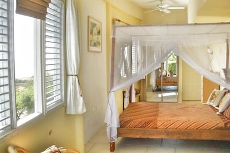 Luscious garden and seaview room - Casa