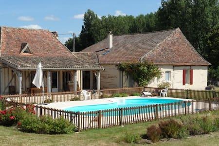 Chambre à la campagne avec vue sur la piscine - Saint-Pierre-d'Eyraud - House