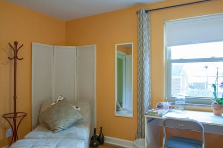 Big Room! Perfect Location! Parking - House