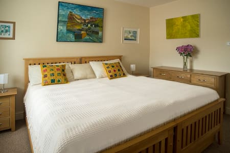 Quiet, Comfortable Room, Twin Beds or Super King - Bed & Breakfast