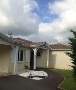 A 15 mn de Bordeaux maison pour 4/6 pers.piscine - House