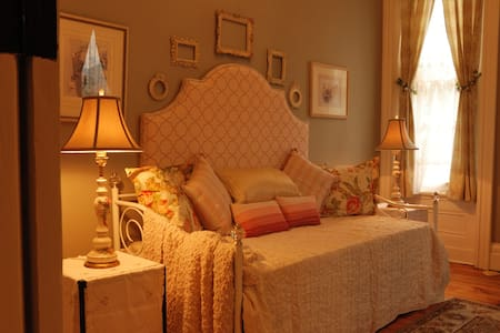 ALLEGHENY INN: LA VIE EN ROSE ROOM - SECOND FLOOR - Pittsburgh - Bed & Breakfast