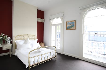 Master bedroom in beautiful home - Richmond - Haus