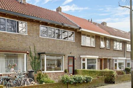 Fijne kamer - rustige buurt - nabij centrum - wifi - Leeuwarden - Hus