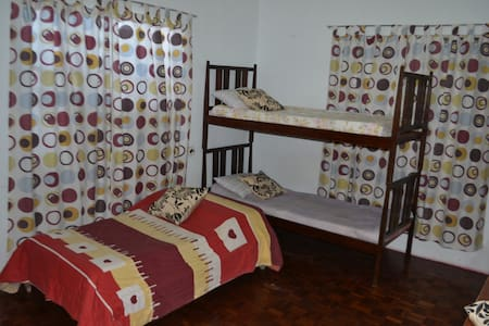 Room For Rent with 3 beds - Las Pinas  - Ház