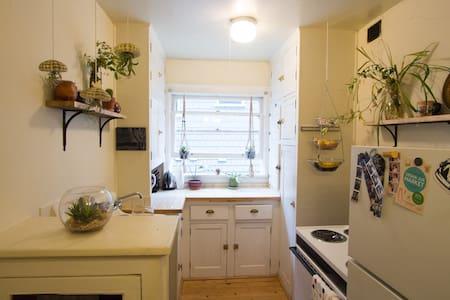 Bohemian apartment in trendy Nob Hill neighborhood - Portland - Apartment