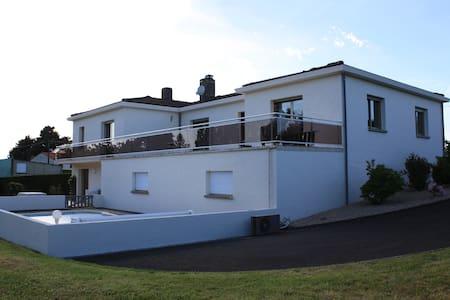 Proche Puy de fou, grande maison avec piscine - Breuil-Barret - Hus