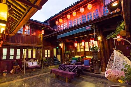 古城地理中心位置,精致纳西传统民居超大阳光家庭套房。 - Lägenhet