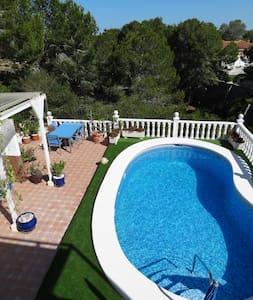 Ruime slaapkamer op de begane grond met zwembad - Pinar de Campoverde - Villa