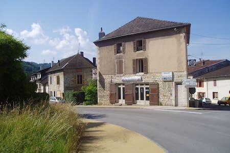 Ancien hôtel en pierre avec de vastes espaces - Casa a schiera