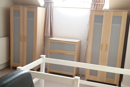 Large Attic Double room - Close to UoN & QMC - Beeston - Casa