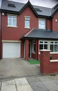 2 rooms available in modern house - Whitley Bay - Casa