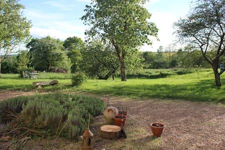 Maison charme,  repos et nature,  25 mn du Circuit - Bed & Breakfast