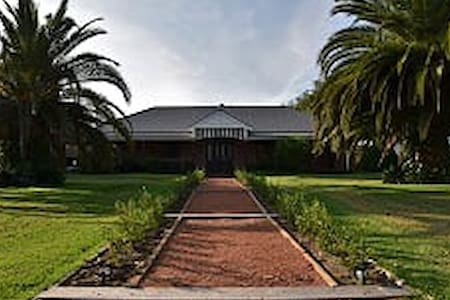 The Willows Bed n Breakfast - Acacia Room - Pyree