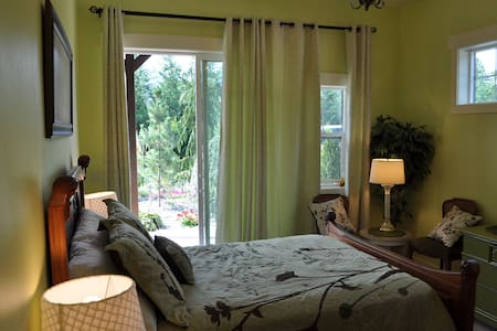 Lake's Edge Tuscan Lodge - The Garden Room - Bed & Breakfast