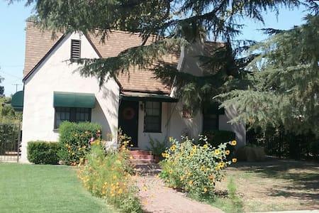 :Urban Garden Cottage: - Rumah