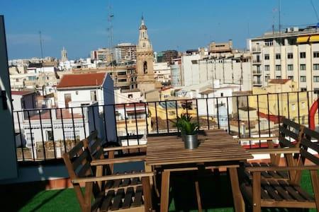 Pequeño ático con terraza en el centro de Valencia - València - Appartement