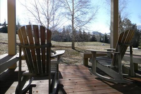 Sunny townhome, mountain elegance, - 타운하우스