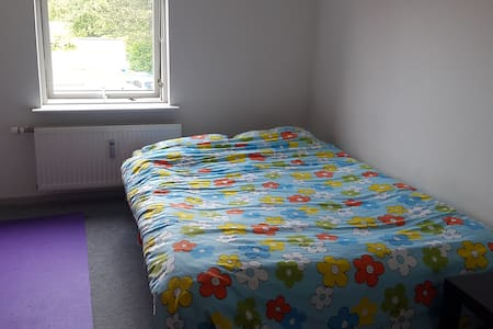 Simple and comfortable bedroom. Great atmosphere - Horsens - Pis