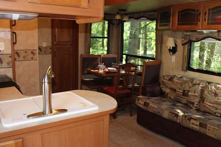 Outdoor adventurers woodsy getaway - Lakókocsi/lakóautó