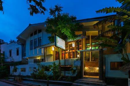 Viradesa guesthouse宽敞明亮的三人间 - House