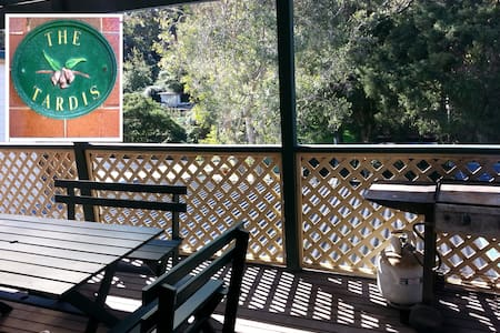 Huge leafy balcony with BBQ. Great location. - Hus