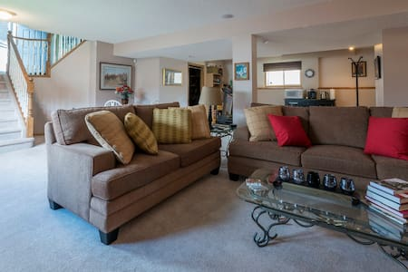 Warm and inviting space near YYC Airport - Calgary - Rumah