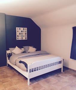Belle chambre dans un endroit calme - Maison