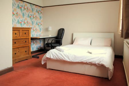 Lge Double w/bfast, Airport pickup, Tram nearby - Manchester