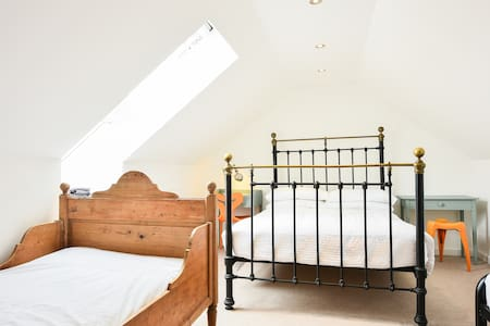 Loft room with private shower & WC - Saltdean - Loft