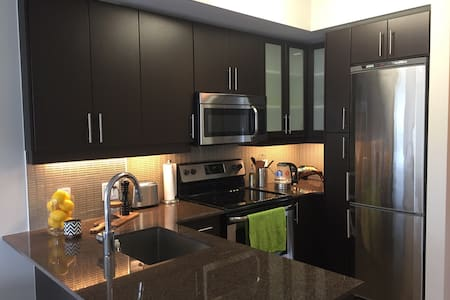 Downtown Luxury Condo with Free Parking - Lakás
