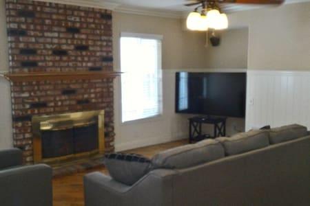 Brea舒适双人房、新家具、全套厨房Brea charming & quiet bedroom #2 - House