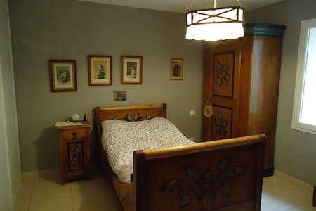 chambre ancienne pour 1 personne - House