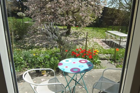 Neuchâtel/Bevaix: Large room with beautiful garden - Rumah