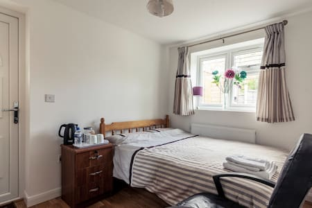 Beautiful Double Bed Room in Barnet with Parking - Barnet - Huis