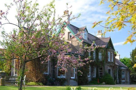 Maxwell Court - Bed & Breakfast