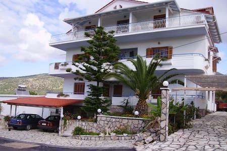 Samoilis Rooms Perdika Thesprotias - Apartemen