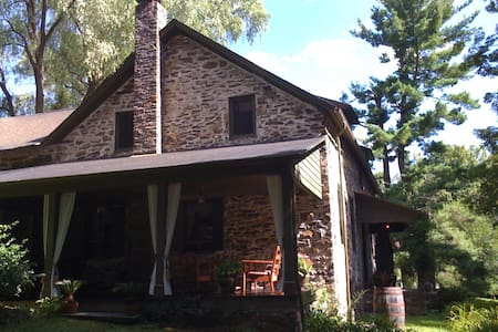 Shadow Lawn - Historic Stone House - Casa