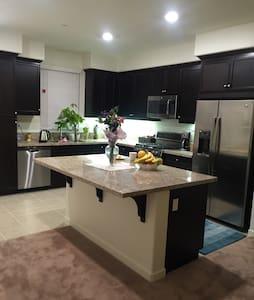 房間干净舒服,免費國際電話及高速wifi , 提供厨房設备及米,調料。