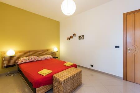 Camera da letto matrimoniale in ampio appartamento - Triggiano